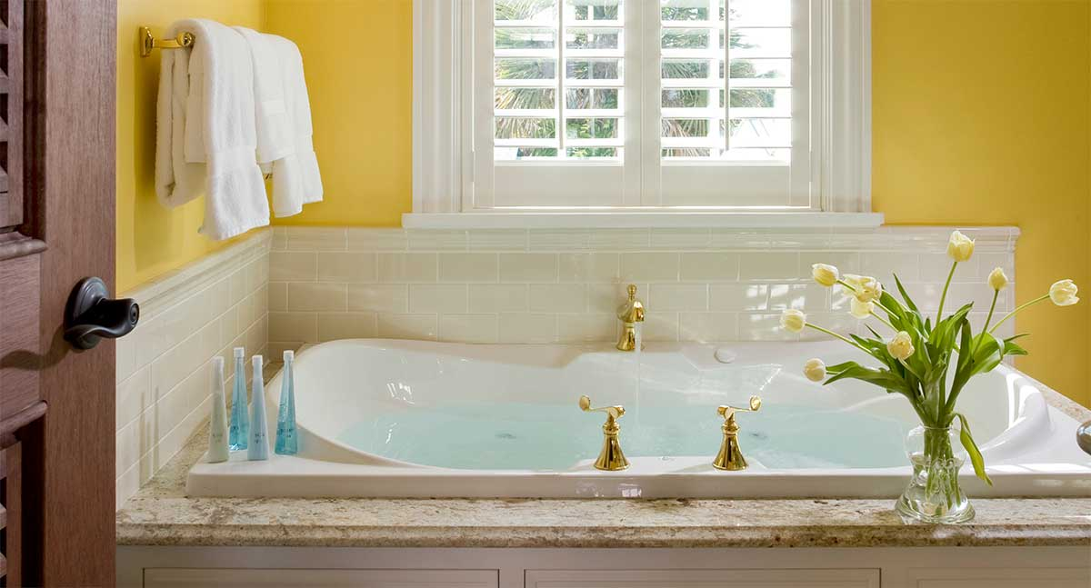 The Yellow Room - Whirlpool Tub