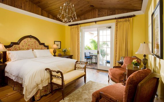 Yellow Room bed and seating area